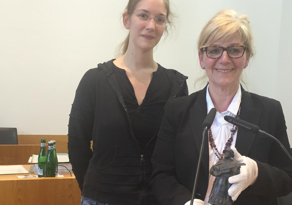 """Claudia Jonda und Kulturdezernentin Dr. Anja Hesse (von links) zusammen mit """"Harfen-Agnes"""", Foto: Robert Braumann"""
