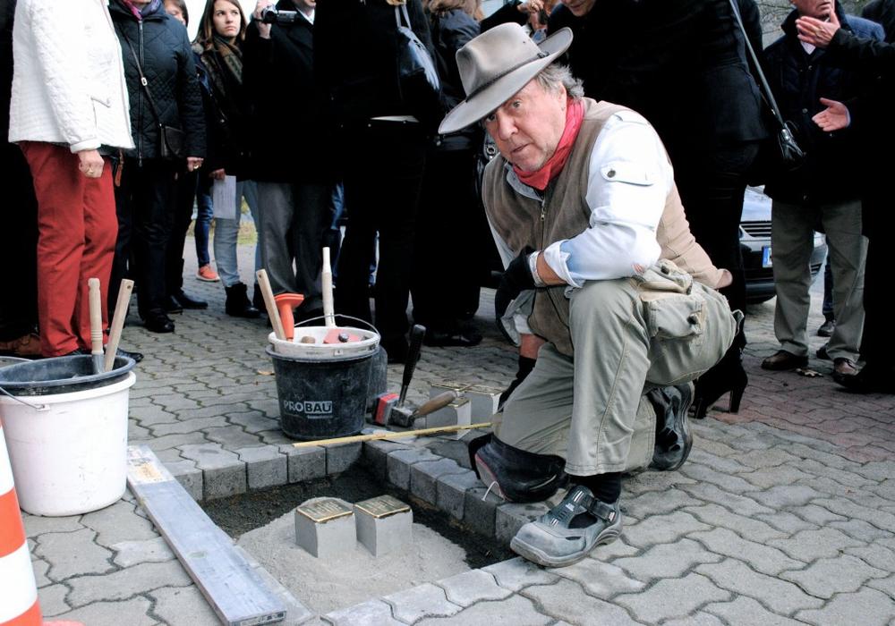 Künstler und Initiator Gunter Demnig will weitere Steine der Erinnerung setzen. Foto: Sina Rühland