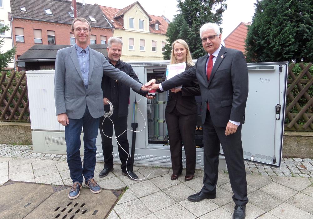Gemeinsam mit Martin Hartmann, Bürgermeister der Samtgemeinde Heeseberg sowie Oliver John und Sabine Köhler von der Telekom gab  Schöningens Bürgermeister Henry Bäsecke den Startschuss. Foto: Stadt Schöningen