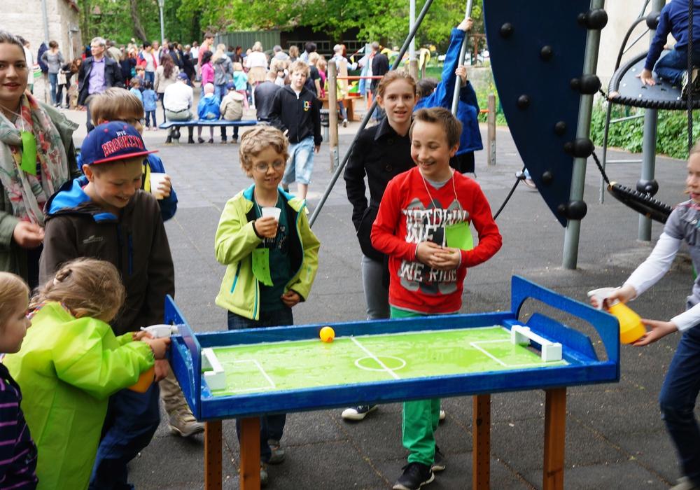 Wassertischfussball beim Kastanienblütenfest. Foto: Hüttermann