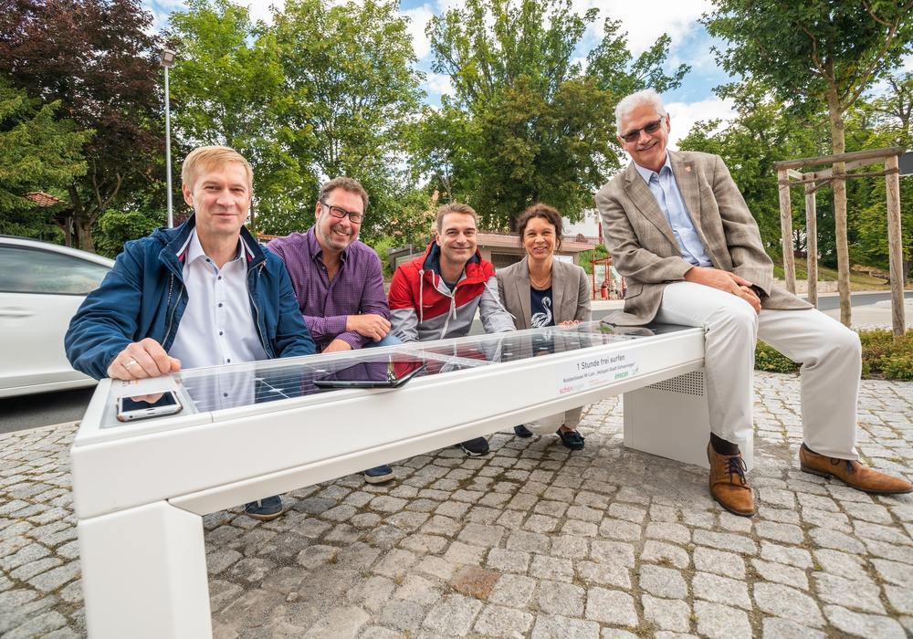 Avacon und REA übergeben die Bank an den Bürgermeister Schöningens (von links): Immo Ulbricht, Frank Schulze, Gunnar Heyms, Antje Klimek und Bürgermeister Henry Bäsecke. Foto: Regionale EnergieAgentur e.V.
