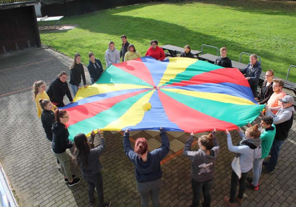 Der Landkreis Helmstedt gratuliert den über 19 neuen Jugendgruppenleitern und freut sich, dass sie die Jugendarbeit vor Ort stärken. Foto: Landkreis Helmstedt