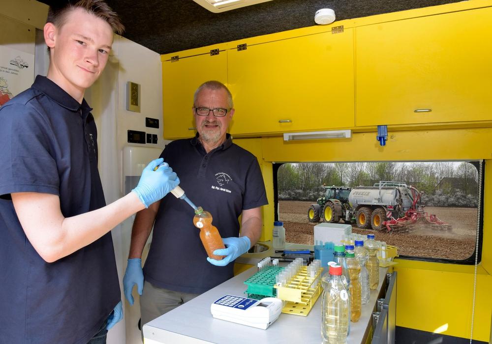 Milan Toups (links) (Mitarbeiter im Bundesfreiwilligendienst) und Harald Gülzow (Projektleiter) analysieren eine Brunnenwasserprobe im Labormobil vom VSR-Gewässerschutz e.V.. Foto: VSR