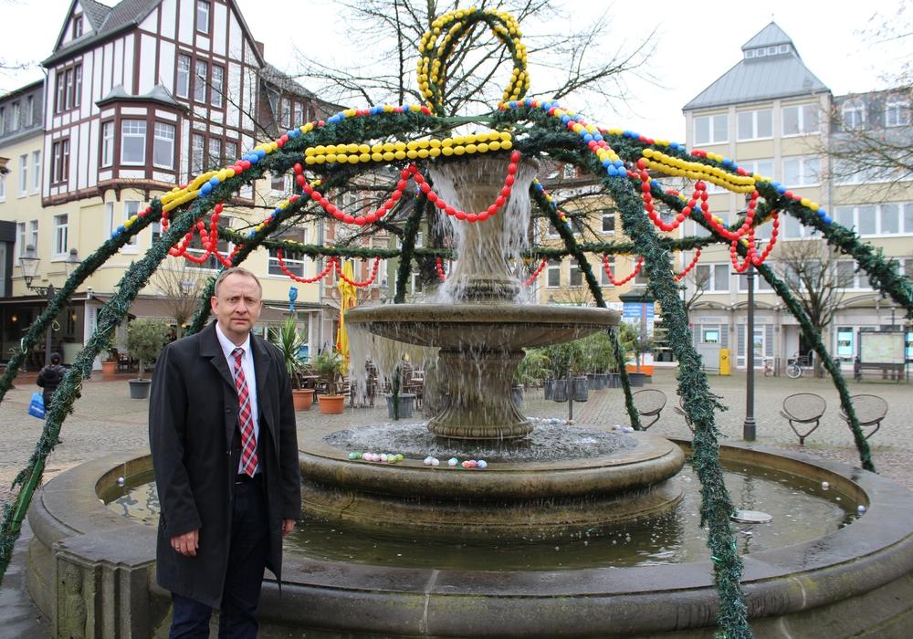 Bürgermeister Klaus Saemann vor dem zerstörten Osterbrunnen. Foto: Stadt Peine