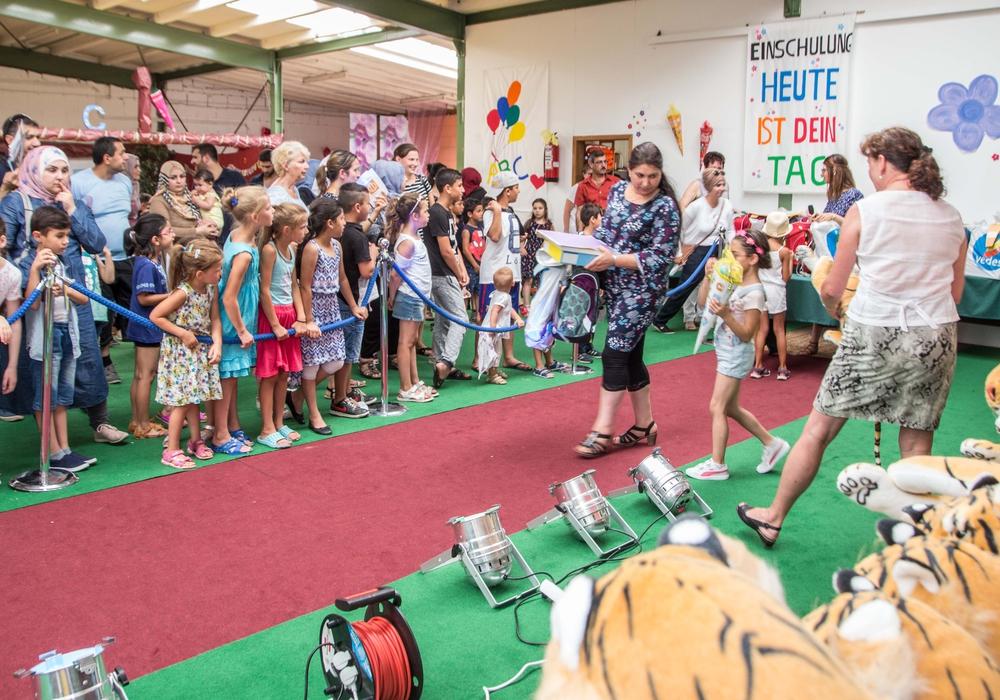 Im Anschluss an die Vorführung durfte jeder über den roten Teppich gehen, um sich Schulranzen, Kuscheltiere und mehr abzuholen. Foto: Rudolf Karliczek
