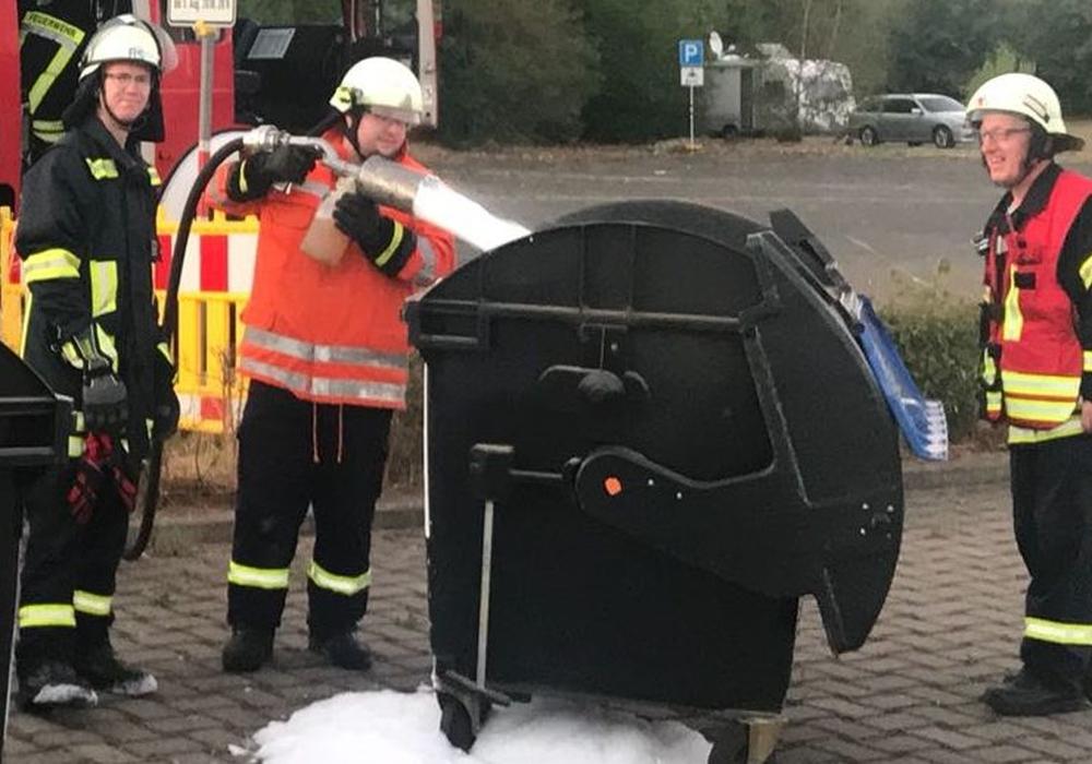 Am Exer: Die Feuerwehrleute Dennis Müller und Florian Paschke während der Löscharbeiten, daneben Brandmeister vom Dienst (BvD) Uwe Hosang (von links nach rechts). Fotos: Feuerwehr