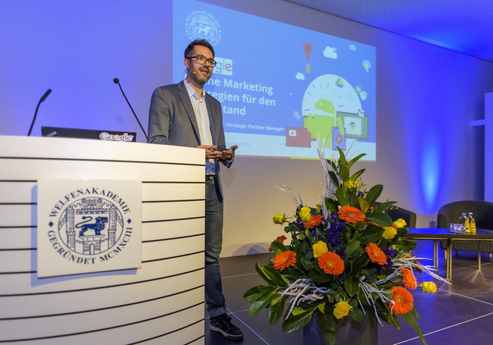 Adrian Blockus erklärte, wie kleine Unternehemen über das Internet ihren Export ankurbeln können. Foto: WelfenAkademie