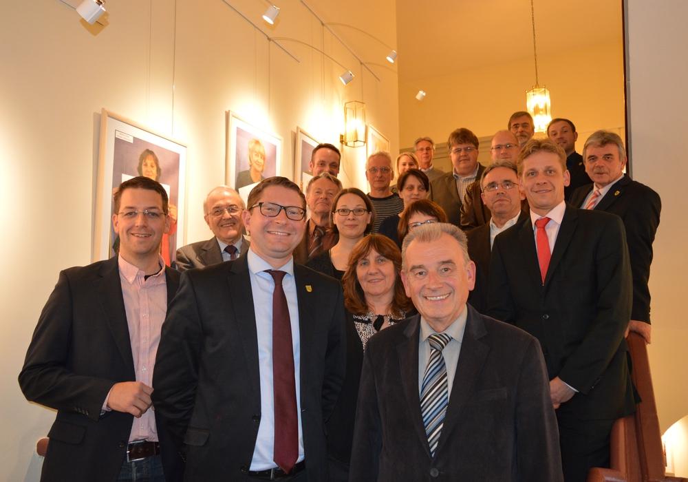 Marco Kelb (CDU), neuer Sickter Bürgermeister (mitte) mit seinen Stellvertretern Stefan Fenner (CDU) (links) und Hon. Prof. Klaus-Dieter Arndt (SPD) (rechts). Dahinter die Mitglieder des neuen Rates der Gemeinde Sickte. Foto: Richert