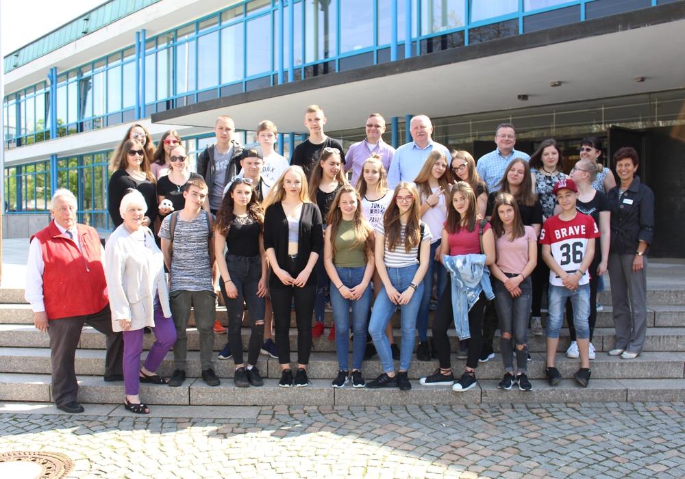 Vor dem Wolfsburger Rathaus wurden die polnischen Besucher in Wolfsburg willkommen geheißen. Foto: Julian Bergmeier
