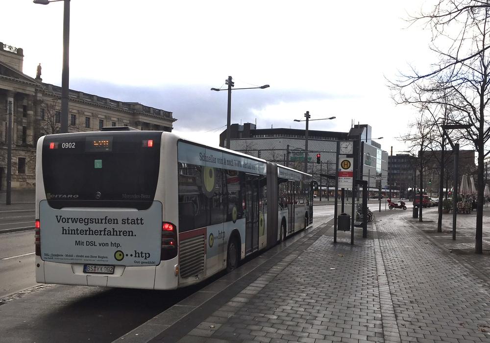 In der Nacht von Samstag auf Sonntag gibt es keinen Bahn- und Busanschluss am Rathaus um 2.20 Uhr. Symbolfoto: Alexander Dontscheff