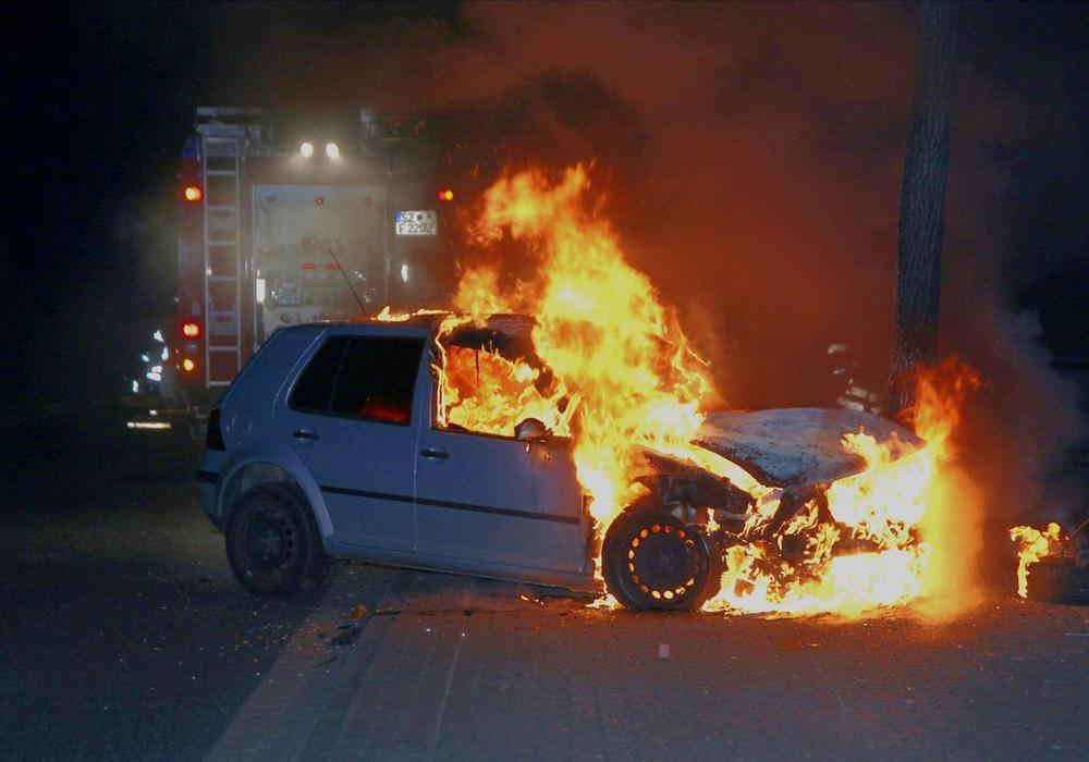 Der Wagen prallte gegen einen Baum und ging in Flammen auf. Fotos: Rudolf Karliczek