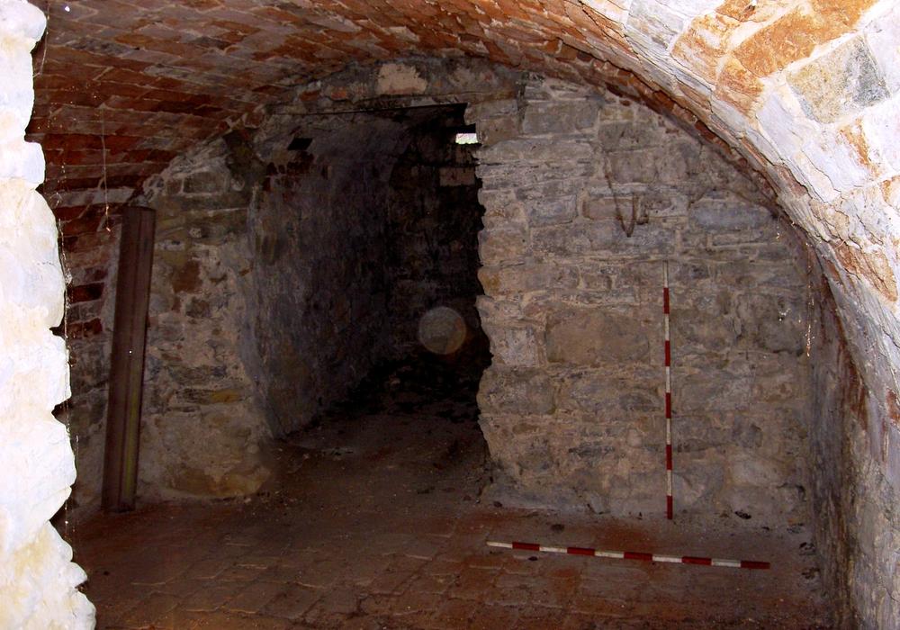 Weitere baugeschichtliche Erkenntnisse sind durch die noch ausstehende Aufnahme der Gewölbe und weiterer unter dem Putz erkennbar alter Mauerzüge im Wallhofkeller zu erwarten. Die Grabungsergebnisse im Außenbereich legen nahe, dass diese tatsächlich mittelalterlich sein dürften (12./13. Jhdt.). Doch ist dies noch zu überprüfen.  Fotos: Thomas Budde