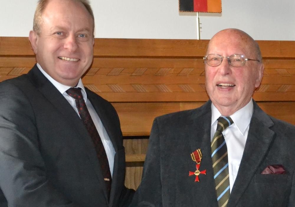 Der Landrat zeichnet Herrn Appuhn mit dem Bundesverdienstkreuz aus. Foto: Landkreis Helmstedt/Wesche