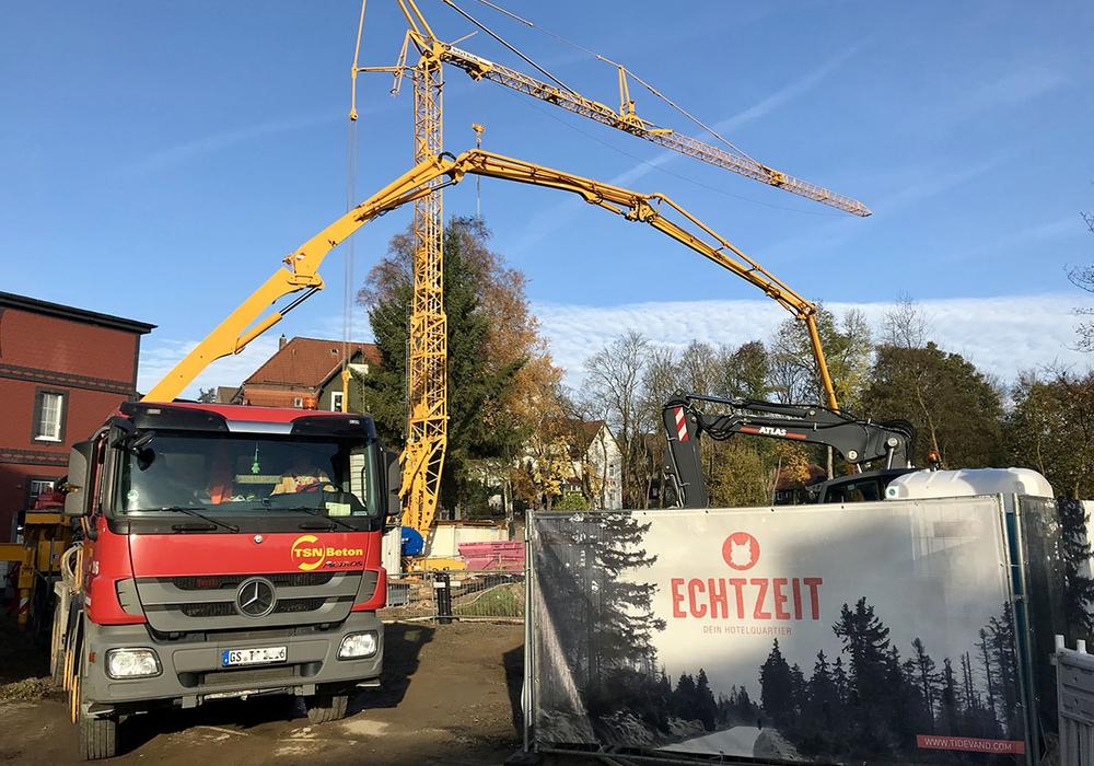 """Mitten im Zentrum von Braunlage laufen die Arbeiten für den Bau der Luxus-Appartements """"EchtZeit"""" auf Hochtouren Foto: Wirtschaftsförderung Region Goslar GmbH & Co. KG"""