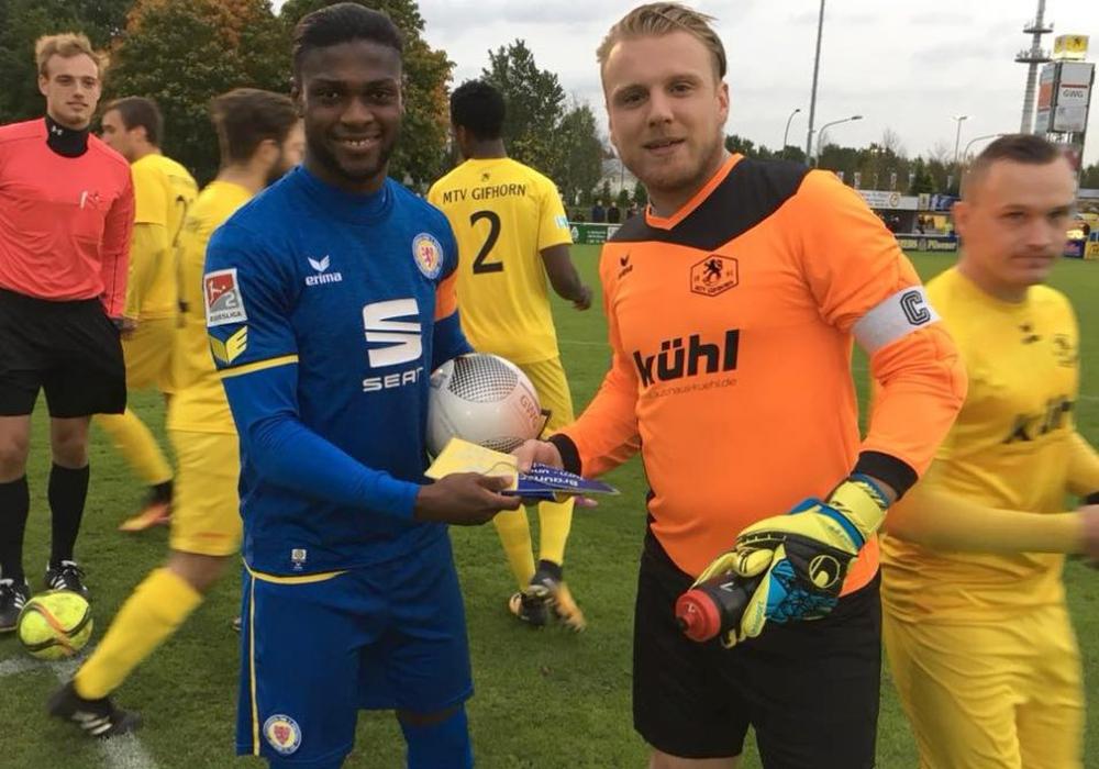 Kapitäne unter sich: Eintrachts Joseph Baffo und Gifhorns Tobias Krull. Foto: MTV/privat