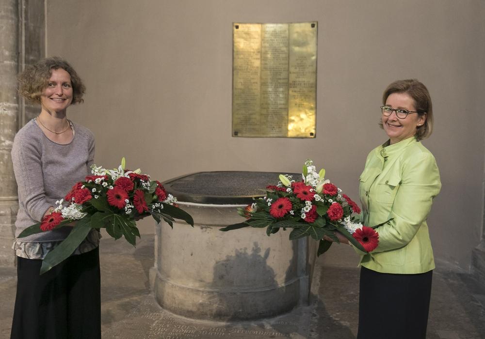 Bürgermeisterin Anke Kaphammel und Dompredigerin Cornelia Götz legten Blumen an der Ruhestätte nieder. Foto: Peter Sierigk/Braunschweig Stadtmarketing GmbH