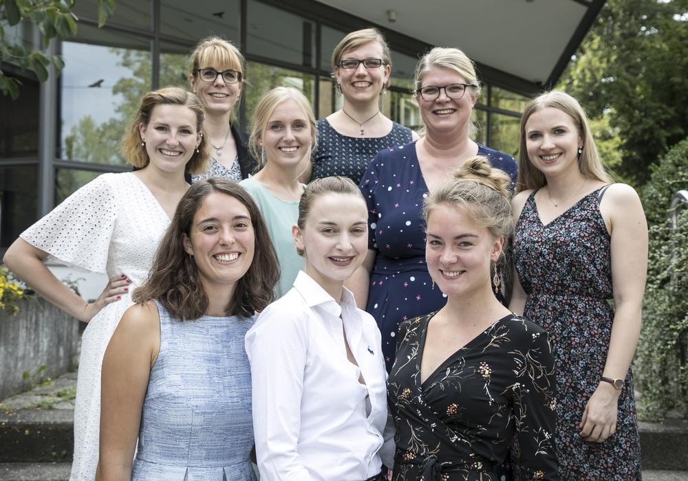 Stellvertretende Pflegedirektorin Ina Wegner (3. Reihe links) und Leiterin der Hebammenschule Jutta Menke (2. Reihe rechts) freuten sich gemeinsam mit den sieben Absolventinnen.  Foto: Klinikum Braunschweig / Peter Sierigk