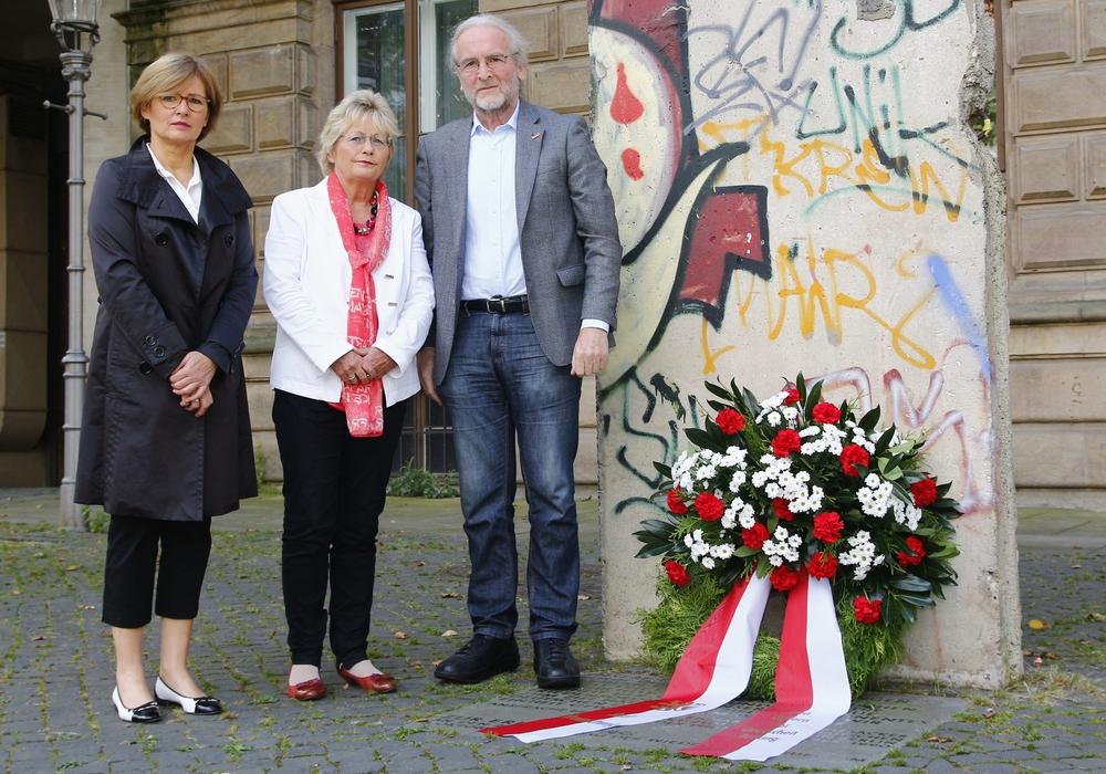 Braunschweigs Bürgermeister gedenken den Verstorbenen. Von links: Anke Kaphammel, Annegret Ihbe und Dr. Helmut Blöcker. Foto: Siegfried Nickel