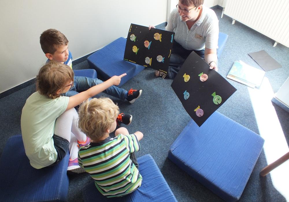 Die erste Veranstaltung der Ferien-Uni hat vier kleine Besucher von 6 bis 7 Jahren in die Stadtbücherei Peine gelockt. Foto: Stadt Peine