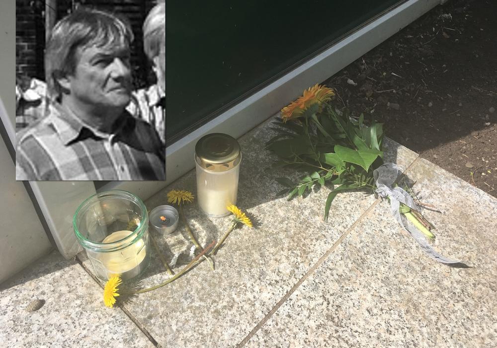 Trotz der Schulferien sind bereits Kerzen und Blumen vor dem Eingang der Elm-Asse-Schule niedergelegt worden. Foto: Nick Wenkel