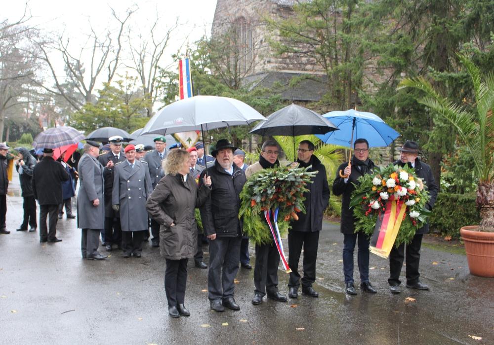 Die städtische Delegation trotzte dem Regen und legte einen Kranz am Ehrenmal auf dem Hauptfriedhof nieder. Fotos: Alexander Dontscheff