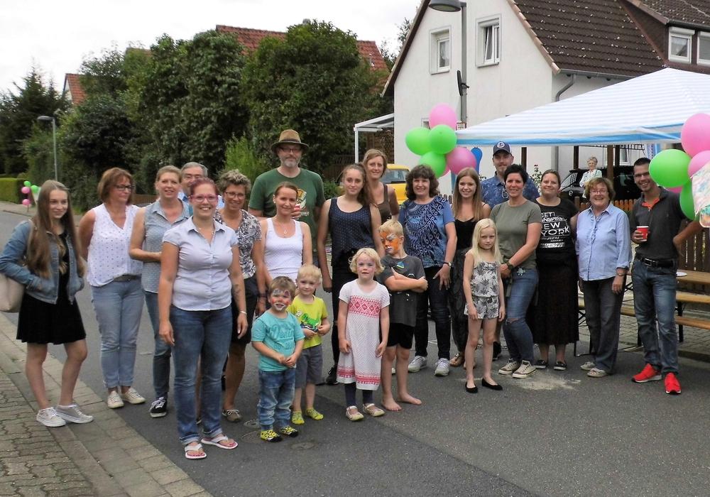 Die Anwohner und Organisatoren vom Tannenweg haben sich zum Auftakt des Flohmarktes und Familien-Festes versammelt. Foto: Andreas Meißler