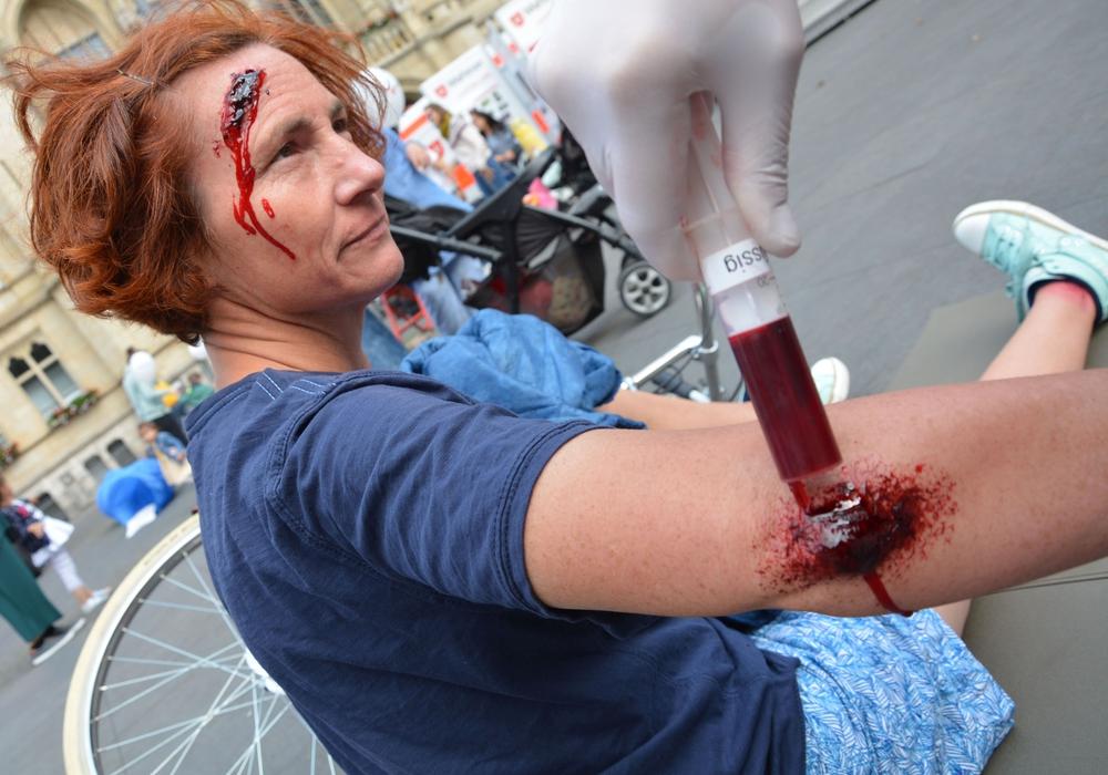 Mit künstlichem Blut zur Sturzverletzung; Bildquelle: Lukas/Malteser