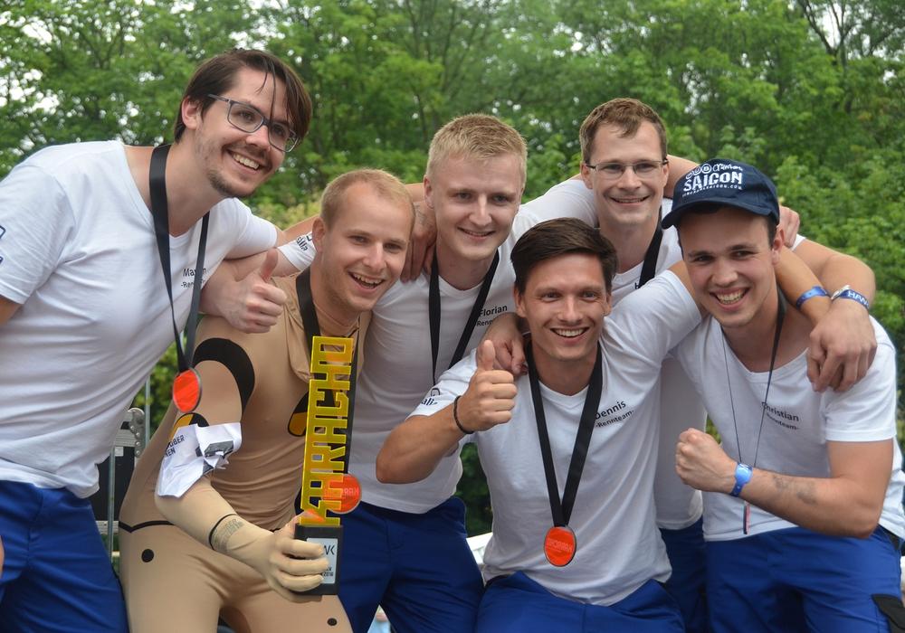 Das Ostfalia-Rennteam holte sich den Pokal beim 9. Internationalen Akkuschrauberrennen in Hildesheim. Foto: Ostfalia