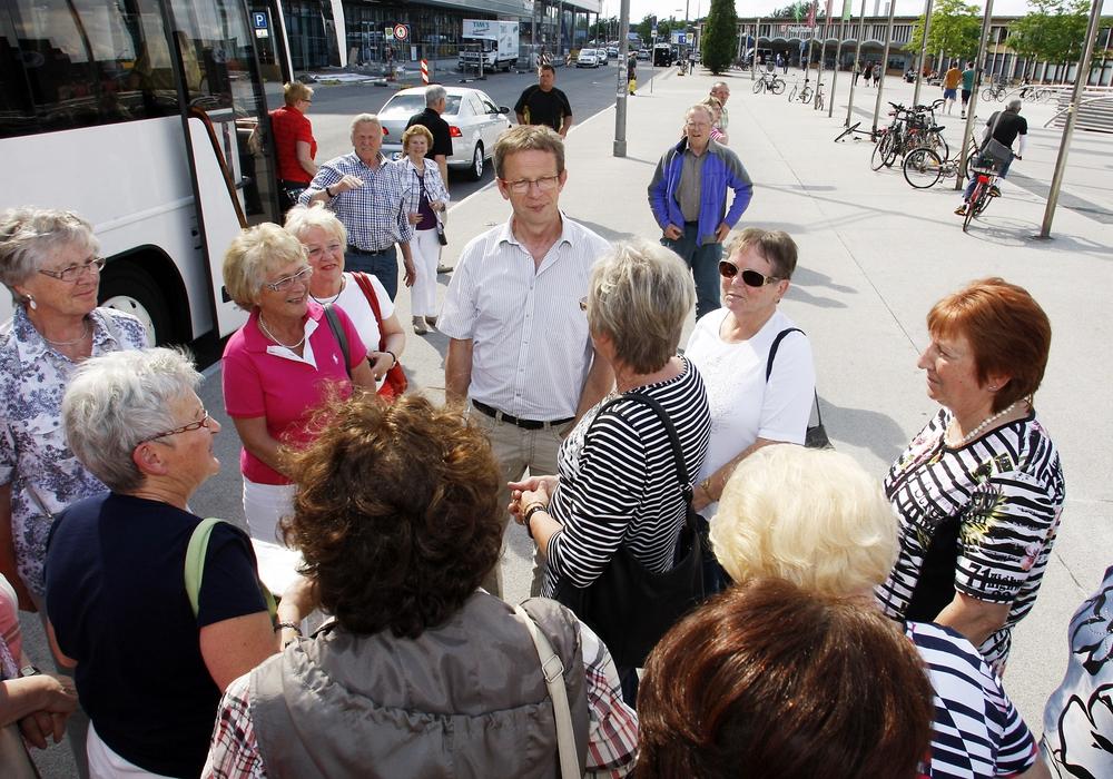 Oberbürgermeister Klaus Mohrs bittet lädt ein zur Stadtrundfahrt. Foto: regios24/Sebastian Priebe