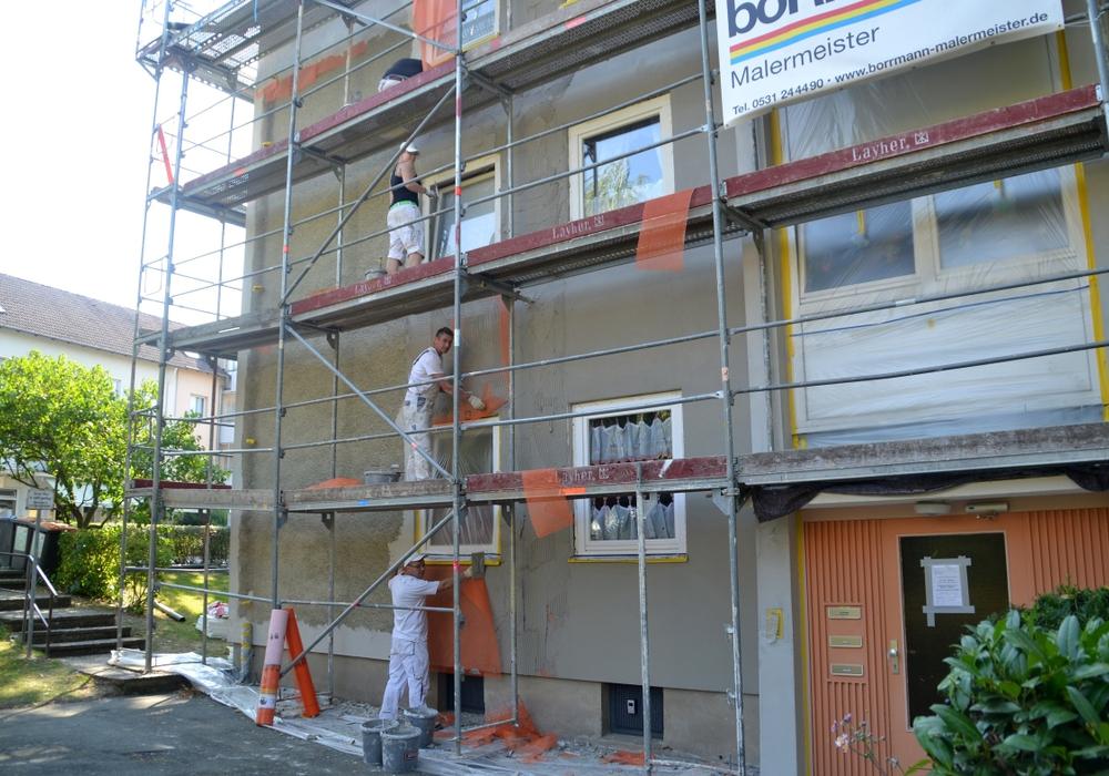 Ein Maler-Team nimmt sich der Fassade an. Diese bekommt bald kräftige Farben. Foto: Privat