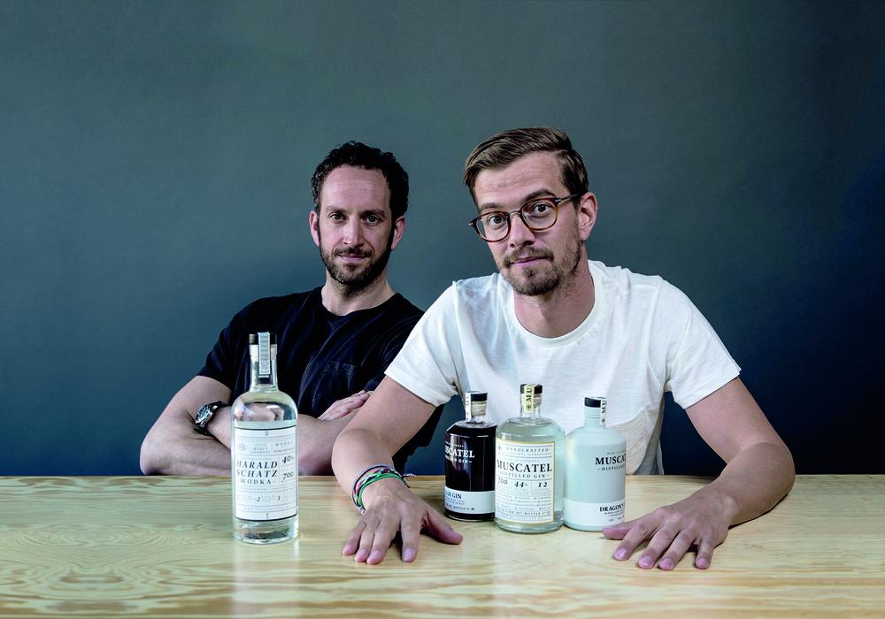 Pascal Hedrich (li.) und Joko Winterscheidt kommen morgen nach Braunschweig. Der Grund? Gin! Foto: © A WITCH, A DRAGON & ME GmbH