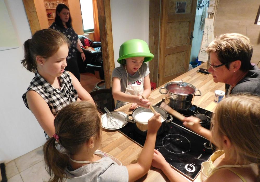Das gemeinsame Kochen machte allen Teilnehmern viel Spaß. Fotos: Gemeinde Lehre
