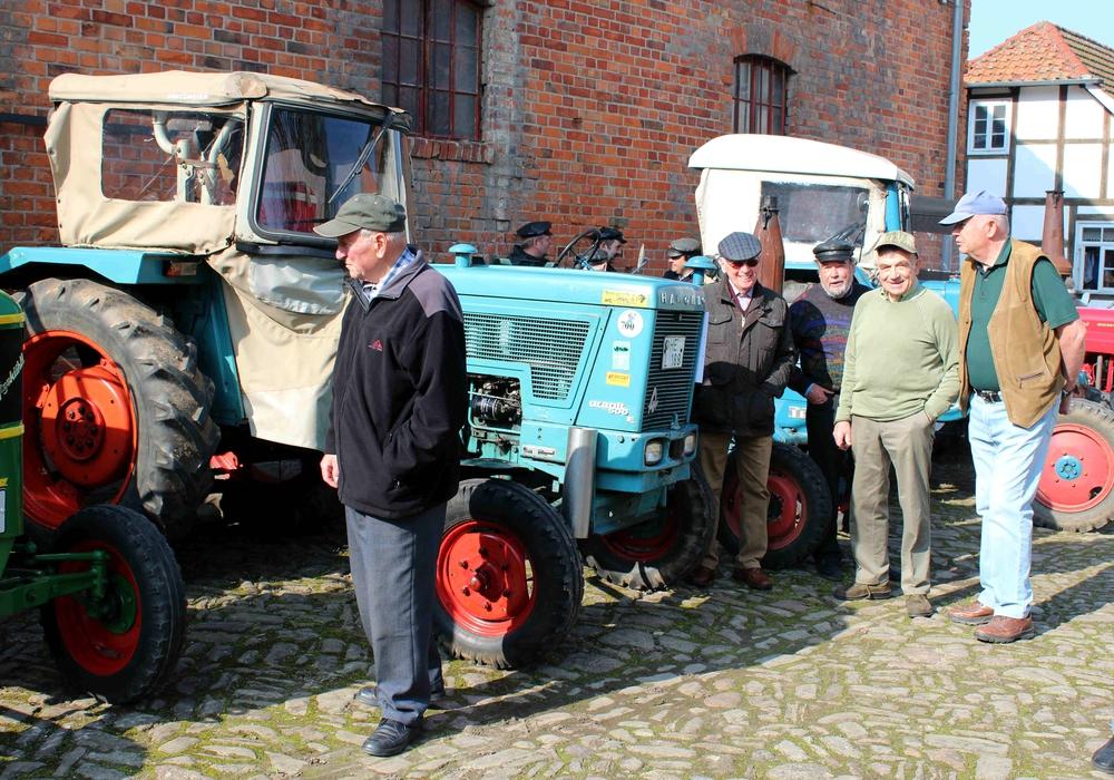 Die Oldtimer-Traktoren wurden von Besuchern bewundert. Foto: Bernd-Uwe Meyer