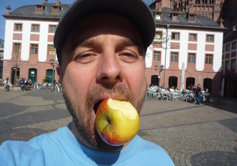 Michael Wigges Tauschabenteuer beginnen mit einem angebissenen Apfel. Foto: Michael Wigges.
