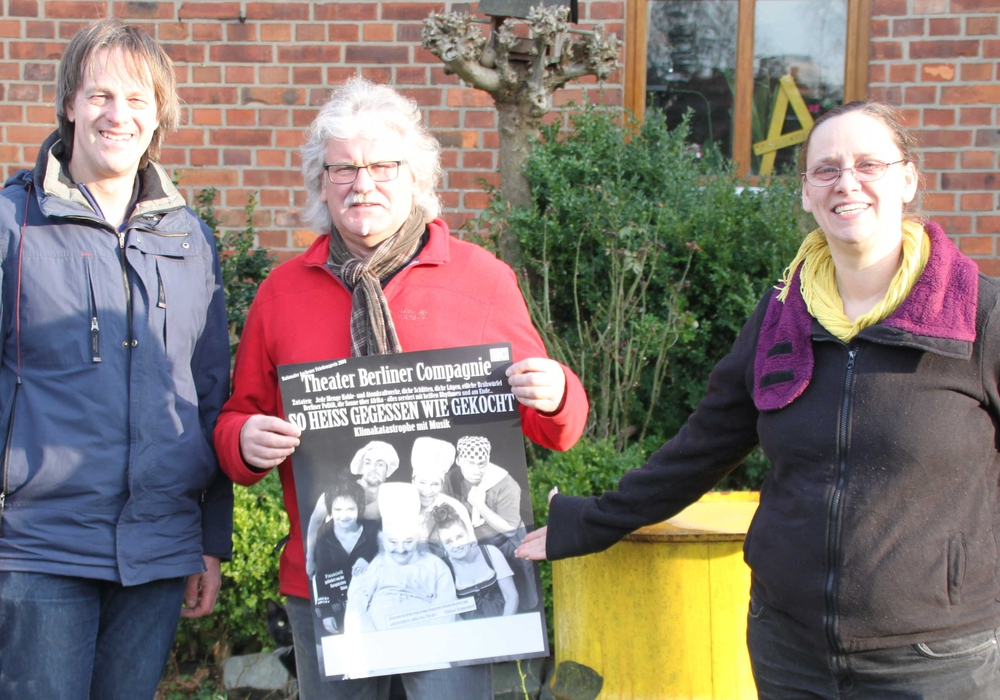 Asse-Aktivisten Lutz Seifert, Manfred Kramer und Claudia Seifert mit dem Plakat des Theaterstückes. Foto: Privat