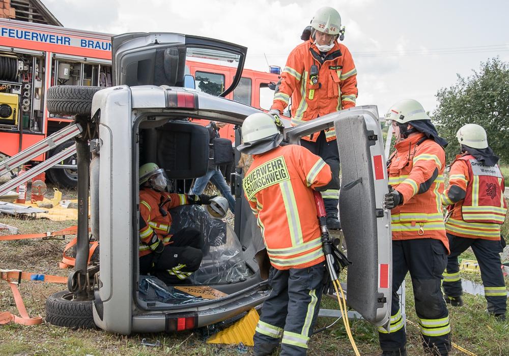 Die Rettung aus einem verunfallten Auto stand auch auf dem Programm. Fotos: Freiwillige Feuerwehr Braunschweig