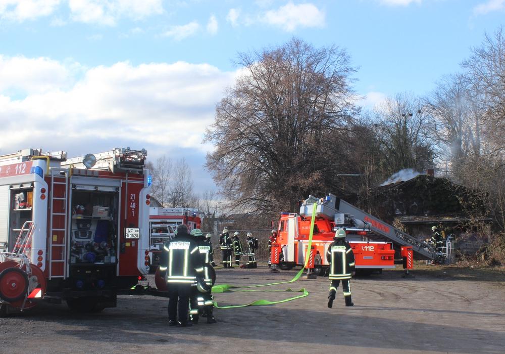 Hinter dem Bahnhof geriet ein altes Gebäude in Brand. Fotos: Anke Donner