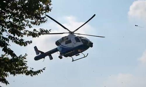 Mit dem Hubschrauber auf Verbrecher-Jagd.