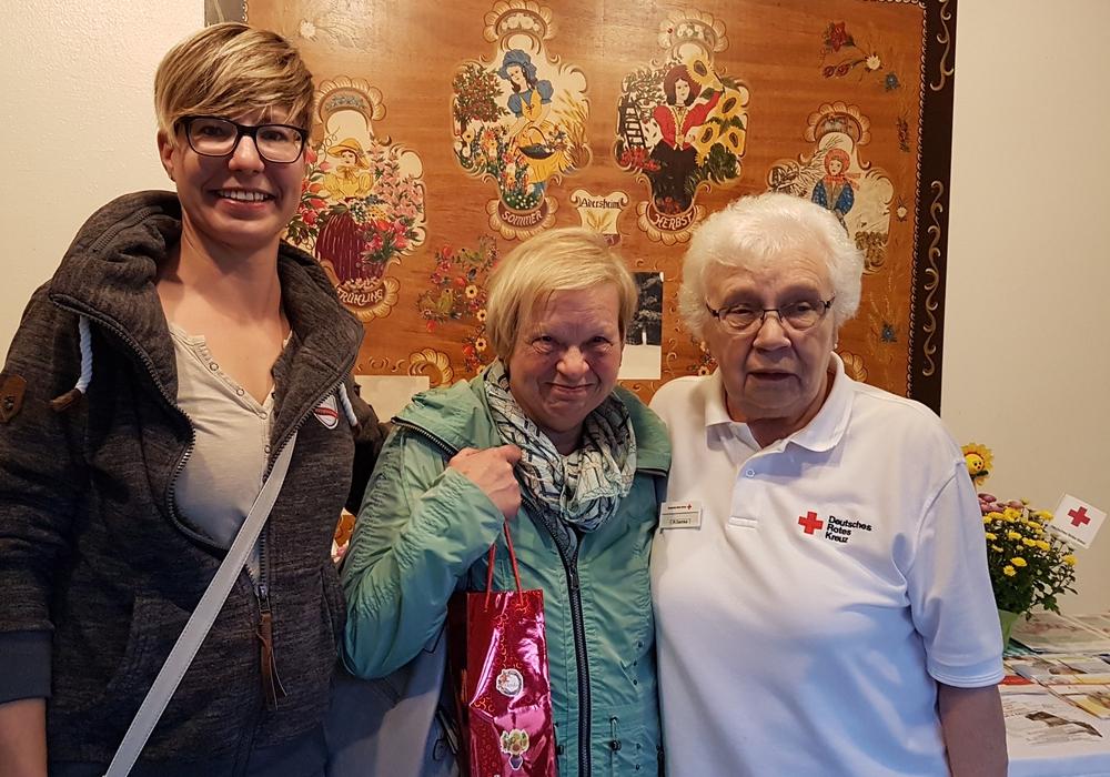 Die Erstpenderin Manuela Brennecke, Gabriele Alpers (99. Spende) und Ruth Semke (vom DRK Ortsverein Adersheim / Leinde) (v. li.). Foto: DRK