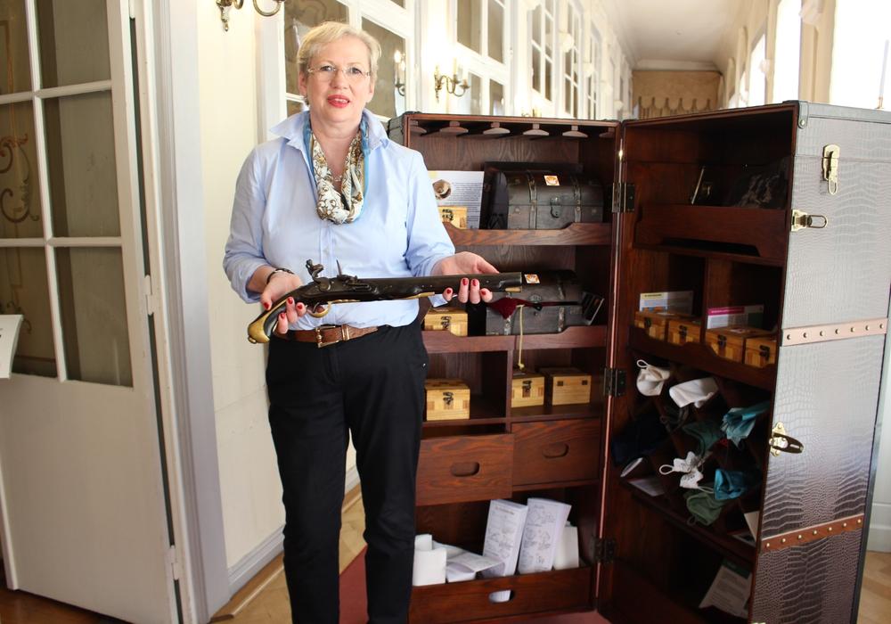 Cortina Teichmann zückt die Nachbildung einer Waffe des 18. Jahrhunderts aus dem Wunderkammer-Koffer. Foto: Max Förster