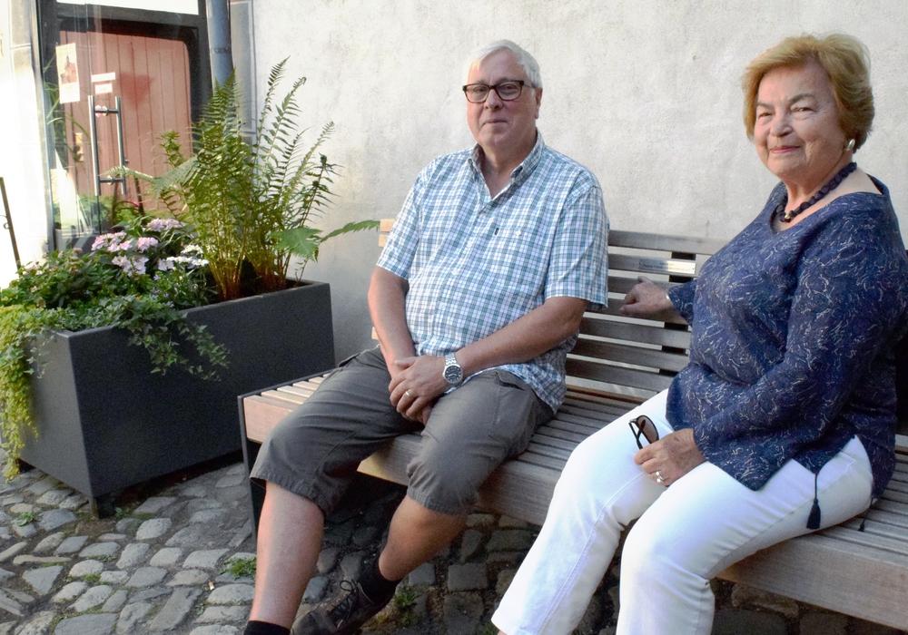 Der Vorsitzende der Seniorenvertretung, Siegfried Rey, und seine Vorgängerin Annelies Tschupke sitzen auf der neuen Bank Probe. Foto: Stadt Goslar