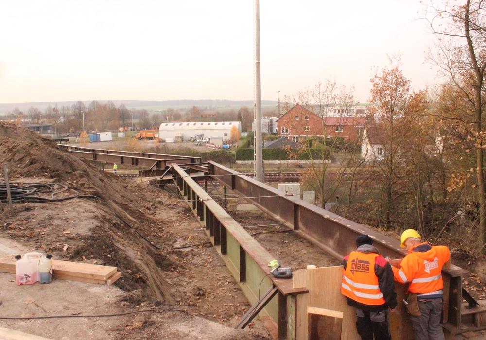 Die Behelfsbrücke verläuft parallel zur alten Brücke. Foto: A.Donner