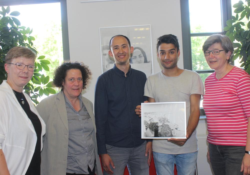 Jeannette Erxleben, Iris Selke, die Fotografen Mohamad und Amini und Sigrid Schaper bei der Ausstellungseröffnung in der Stadtbücherei. Fotos: Anke Donner