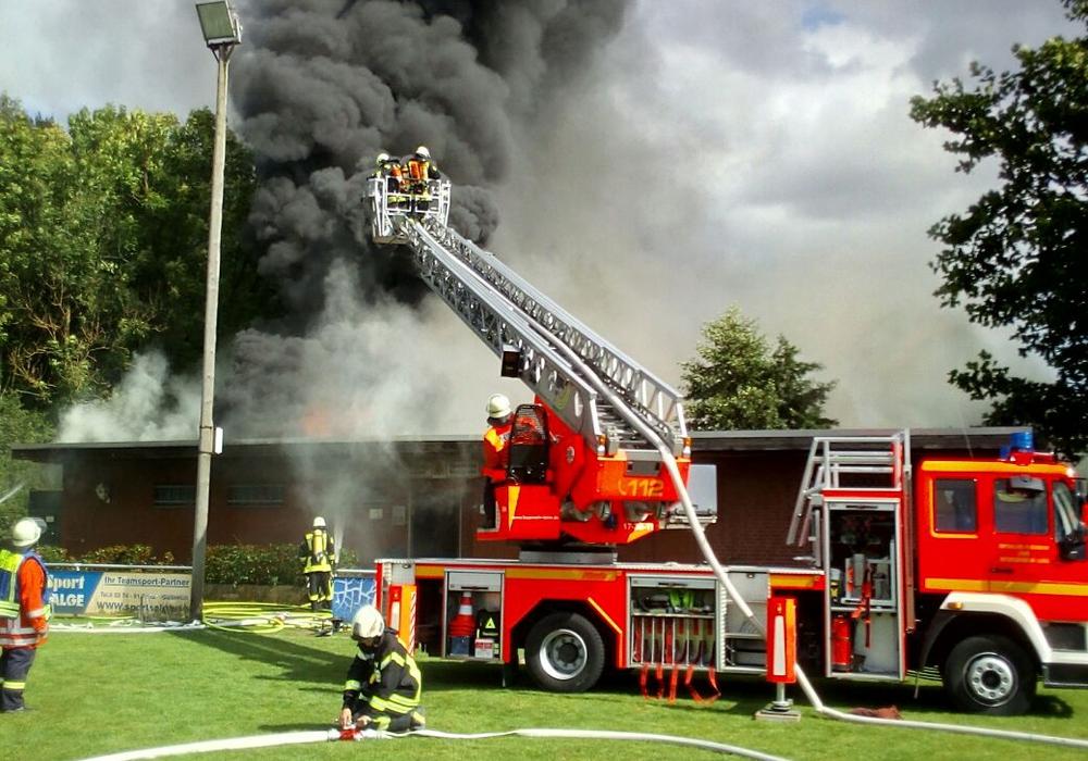 Einer der größten Einsätze der Feuerwehren der Gemeinde Lehre der letzten Jahre dauerte gestern fast sieben Stunden. Fotos: Presseteam der Gemeindefeuerwehr Lehre