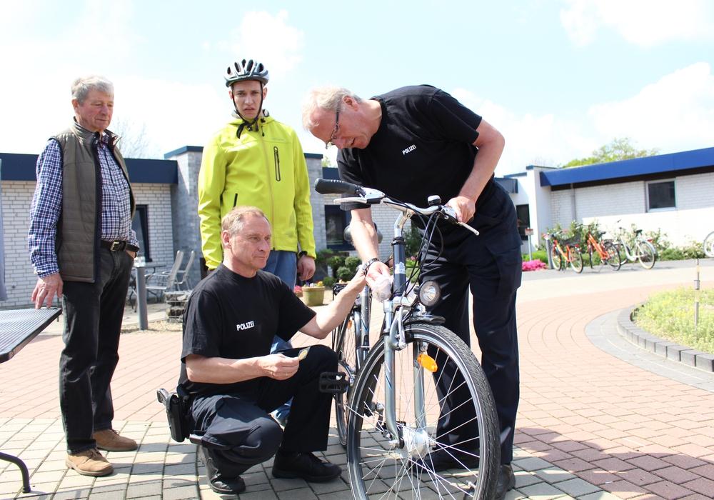 Wenn das Fahrrad sicher war, gabs von Michael Klusmann (hockend) und Gerhard Lehner (r.) die begehrte Plakette. Foto: Julian Bergmeier