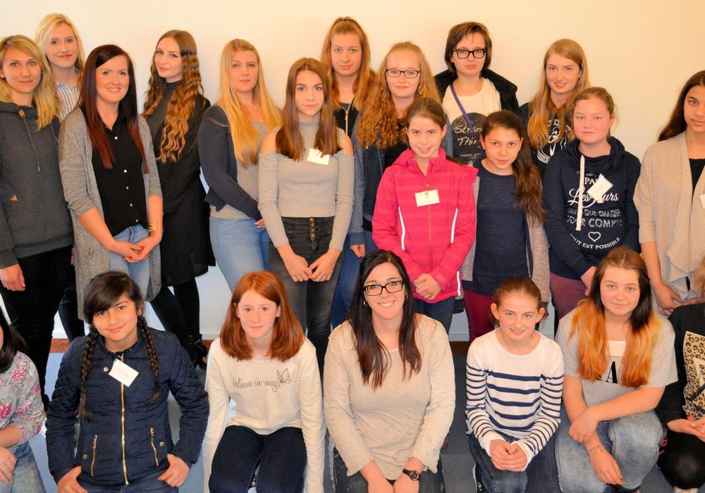 Die 15 Teilnehmerinnen und sechs Anleiterinnen am Zukunftstag 2016 beim Landkreis. Foto: Landkreis Helmstedt