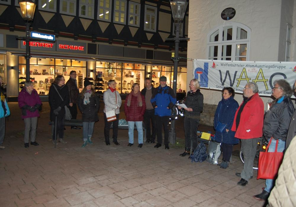Die 82. Mahnwache der WAAG am letzten Montag, auf der über die Veranstaltung informiert  wurde. Foto: WAAG