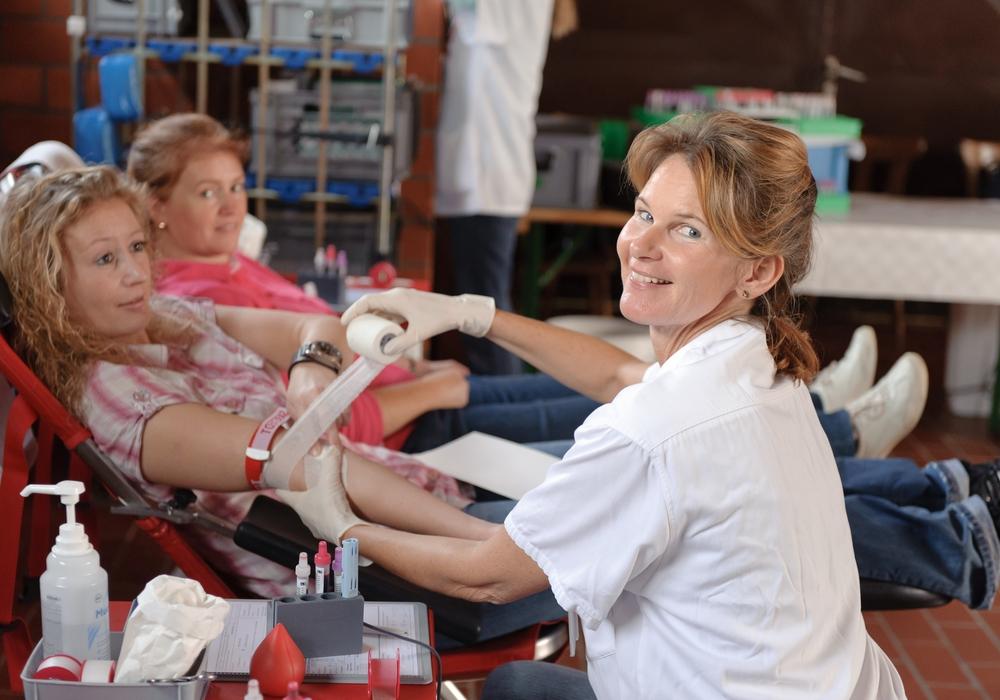 Eine Helferin des DRK-Blutspendedienstes und eine Spenderin während der Blutspende. Foto: DRK