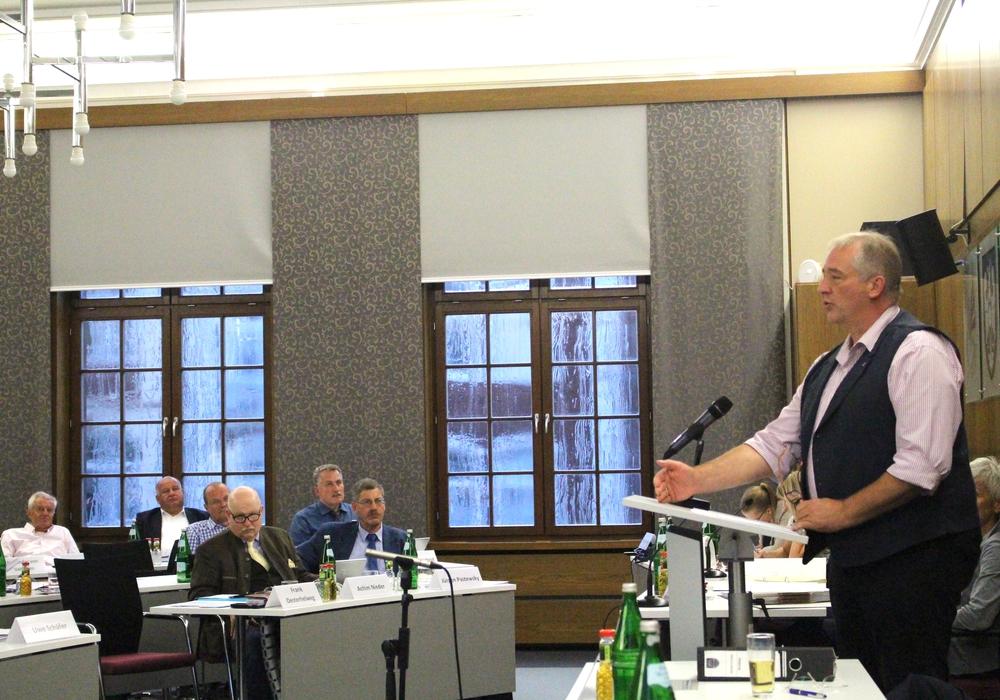 Frank Oesterhelweg bei seinen Ausführungen im Kreistag. Fotos: Nick Wenkel