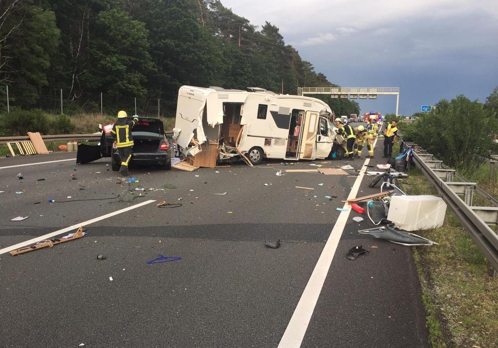 Unter anderem war ein Wohnmobil in den Unfall verwickelt. Fotos: Feuerwehr Helmstedt